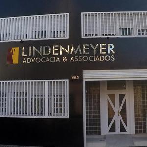 A moderna porta com formatos geométricos realça a entrada do escritório de Rio Grande/RS.