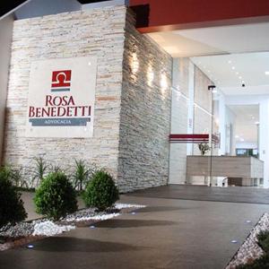 Entre os canteiros, uma rampa de acesso leva os clientes até a porta do escritório de Boa Vista/RR.