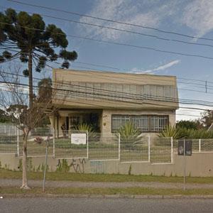 O límpido céu e a araucária emolduram a fachada do escritório de Curitiba/PR.