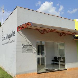 No contraste, o sol escaldante e a mangueira carregada que agracia com sua vasta sombra o escritório de Mirante da Serra/RO.