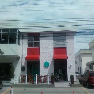 As paredes de tijolos à vista e o toldo vermelho chamam atenção para o escritório de Fortaleza/CE, com uma grande placa no segundo andar do sobrado.