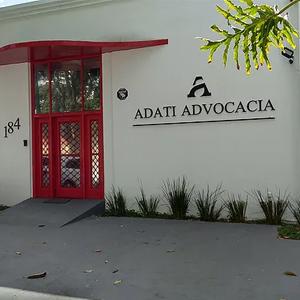 A porta vermelha do escritório de São José dos Campos/SP imprime à fachada um estilo moderno e causa impressão de seriedade e elegância.