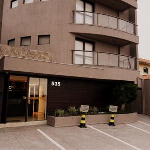 Localizado no sul de Minas, em Varginha, o escritório possui uma estrutura moderna e um amplo estacionamento, visando atender o cliente com conforto e acessibilidade.