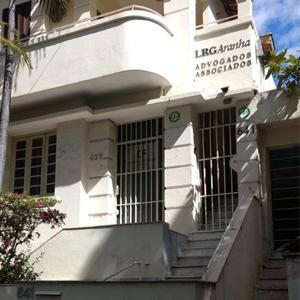 O casarão branco com vários detalhes arquitetônicos abriga o escritório na capital mineira, BH.