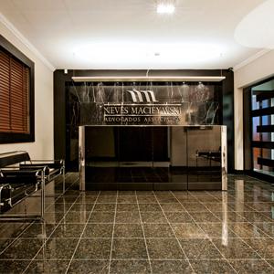 Em sala empresarial, a cor preta traz ao escritório de Curitiba/PR um ar de elegância ao ambiente.