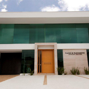 O escritório de Sorocaba/SP ousa no uso de vidros conferindo leveza à fachada.