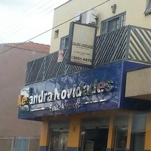 As grades na diagonal da sacada do escritório de Cravinhos/SP fecham a fachada da banca.
