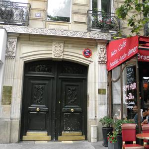 Ao lado do aconchegante café de Paris/França se localiza o escritório em um antigo prédio de traços clássicos.