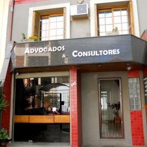 No sobrado, pequenos azulejos em vermelho aparecem como detalhe na fachada da capital dos gaúchos, Porto Alegre/RS.