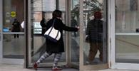 Travamento de porta giratória de banco não gera dano moral