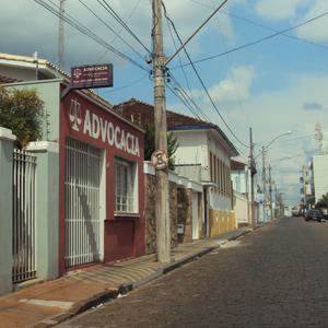 Na tranquila rua de São Sebastião de Paraíso/MG o destaque fica para o vermelho vibrante da banca advocatícia.