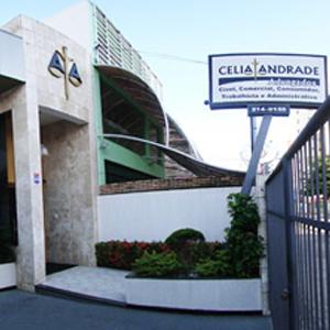A balança da Justiça realça a fachada do escritório de Aracaju/SE.