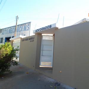O alto muro e a cerca elétrica revela a preocupação do escritório de Tupã/SP com a segurança.