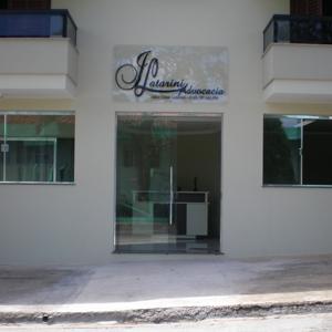 A sobra dos galhos da árvore aparece como plano de fundo na placa do escritório da pequena Santo Antônio do Jardim/SP.