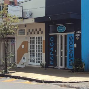 No escritório de Franca/SP, pequenos quadrados vazados decoram a frente da fachada.