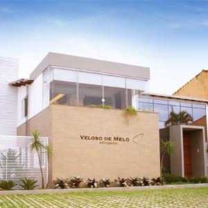 O revestimento de madeira e a varanda fechada com blindex conferem modernidade à banca da capital Federal, Brasília.