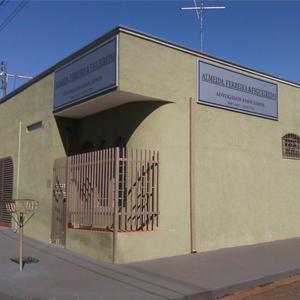 Em tons verde e bege, a banca de Serrana/SP exibe em sua frente e lateral a placa metalizada do nome do escritório.