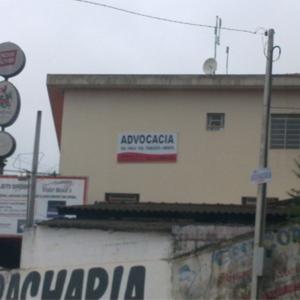 Na lateral do prédio nota-se a placa bicolor indicando a presença de um escritório na Cidade das Águas, Igaratá/SP.