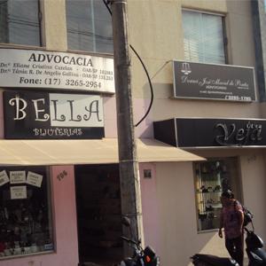 Na fachada do prédio comercial de José Bonifácio/SP nota-se placas de dois escritórios que dividem o 1º andar.