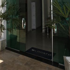 O revestimento de pedras no chão e na parede do escritório de Montes Claros/MG.