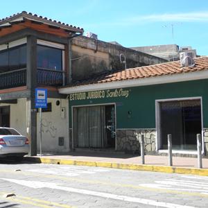 A parede verde com detalhes em pedras chama atenção para o escritório de Santa Cruz de la Sierra/Bolívia, localizado numa rua tranquila.