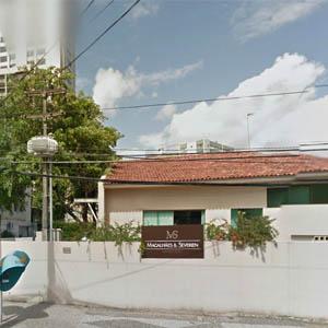 Sobre o muro do escritório de Recife/PE, as flores realçam a fachada.