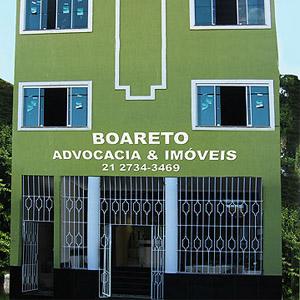 A cor verde da fachada do escritório de Rio Bonito/RJ combina com a área arborizada localizada atrás da banca.