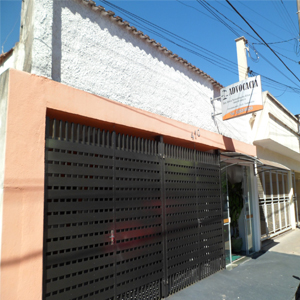 Uma proteção de ferro preta esconde o interior da banca de Taquaritinga/SP.