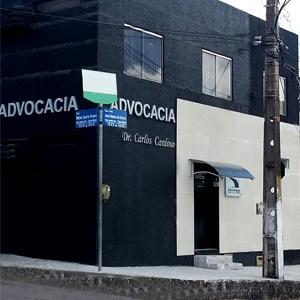 A fachada é preta, o que confere ao escritório de Natal/RN elegância, discrição e modernidade.