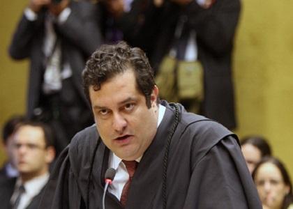 Advogado de Genoino é retirado do plenário do STF por seguranças