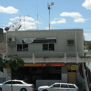 O escritório de Bezerros/PE divide o prédio com um estabelecimento comercial, uma sorveteria, ideal para suportar o sol pernambucano.