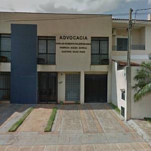 A parede azul de pequenos azulejos sobressai na fachada de cor neutra de Ribeirão Preto/SP.