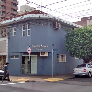 No centro de Ribeirão Preto/SP, uma frondosa árvore compõe o cenário em que se encontra o escritório.