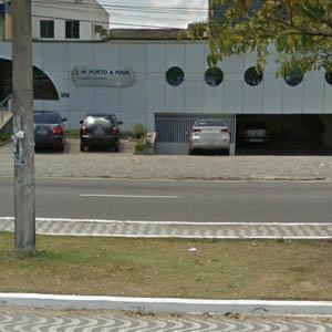 As janelas redondas realçam a fachada metalizada do escritório de João Pessoa/PB.