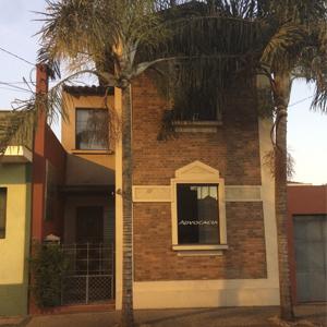 As palmeiras imperiais ornamentam a fachada de tijolinhos à vista do escritório de Rio Claro/SP.