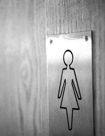 Empresa é condenada por controlar uso do banheiro