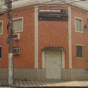 A grande construção de tijolos à vista abriga um escritório da portuária Santos/SP.
