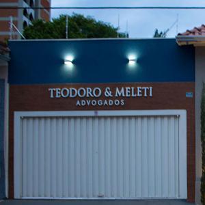 As luzes externas realçam a fachada do escritório de Franca/SP e estilizam o pequeno jardim.