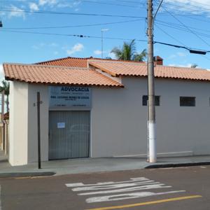 Com parada obrigatória na esquina, quem passa já avista o escritório na tranquila Tupi Paulista/SP.