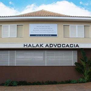 O azul do céu e o verde dos canteiros alegram o cenário da fachada da banca de Ribeirão Preto/SP.