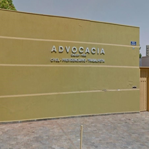 Com estacionamento à frente, a fachada da banca de Ribeirão Preto/SP chama a atenção pelo tom amarelo, que contrasta com o letreiro prateado.
