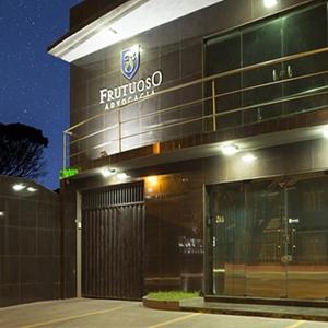 O brasão e as cores da fachada realçam a identidade visual do escritório de Recife/PE transmitindo aos clientes uma imagem de seriedade e compromisso.