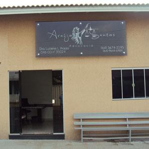 Na frente do escritório de Iporá, município goiano, para acomodar os clientes, um aconchegante banco de madeira.