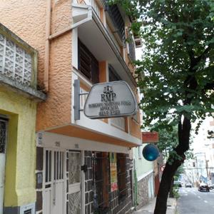 No primeiro andar do pequeno prédio, as iniciais do nome do advogado formam o nome do escritório de Juiz de Fora/MG.