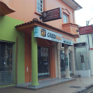 Localizado no centro da Cidade dos Ipês, em São Sebastião do Paraíso/MG, o escritório mescla o moderno, as cores vivas, com o clássico, a arquitetura antiga do prédio.