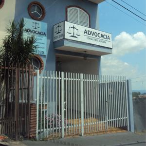 Além do azul do céu, tons azulados preenchem a fachada da banca de São Sebastião do Paraíso/MG.
