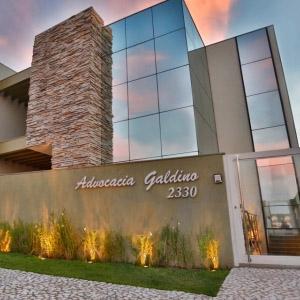 A fachada espelhada de Maringá/PR reflete o encanto das cores no céu.