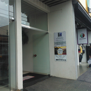 No número 599 do prédio em Monte Sião/MG, uma placa na entrada indica a sala do escritório.