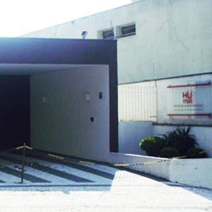 Faixas pretas demarcam o estacionamento da banca de Jundiaí/SP.