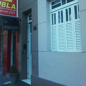 Mesmo com uma arquitetura modernizada, a banca de João Pessoa/PB ainda conserva traços coloniais, notados na janela do escritório.